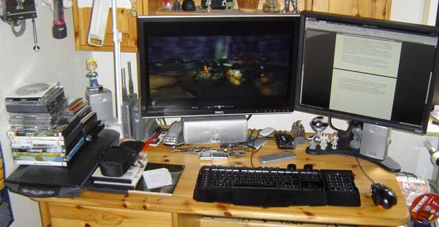 Webmasters Schreibtisch mit zwei Monitoren