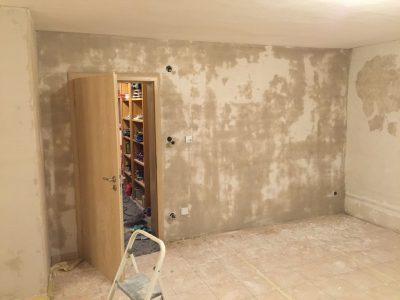 Die erste Wand im Wohnzimmer ist verputzt