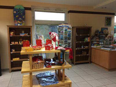 Postkarten, Knabbereien und Hygieneartikel gibt's im hauseigenen Kiosk